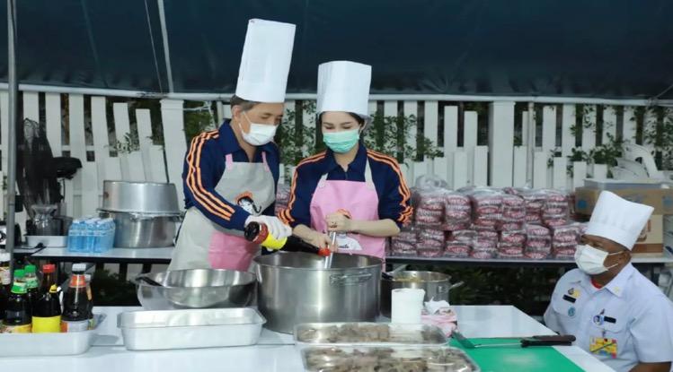 Koning Vajiralongkorn kookte voedzame, warme maaltijden voor het verplegend personeel in Bangkok