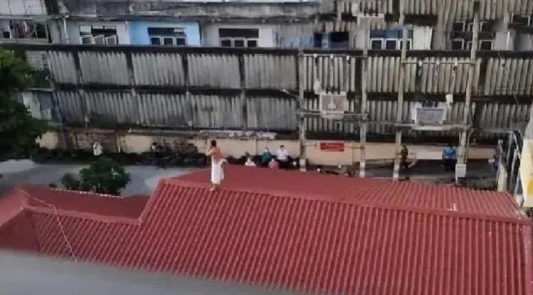VIDEOCLIP | Patiënt gered na dreigement van het ziekenhuis van Chonburi te springen tijdens twee uur durende patstelling over bezoekersbeleid