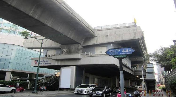 Radeloze Thaise vrouw springt in Bangkok de dood in na ontslag van haar baas omdat ze het Covid19 virus had opgelopen