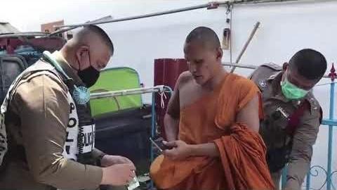 VIDEOCLIP | Monnik in Chonburi gearresteerd met crystal methamfetamine in zijn bezit nadat hij een vriendin zou hebben aangevallen
