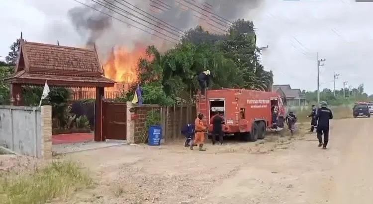 VIDEOCLIP | Uitslaande brand legt houten huis in Pattaya geheel in as