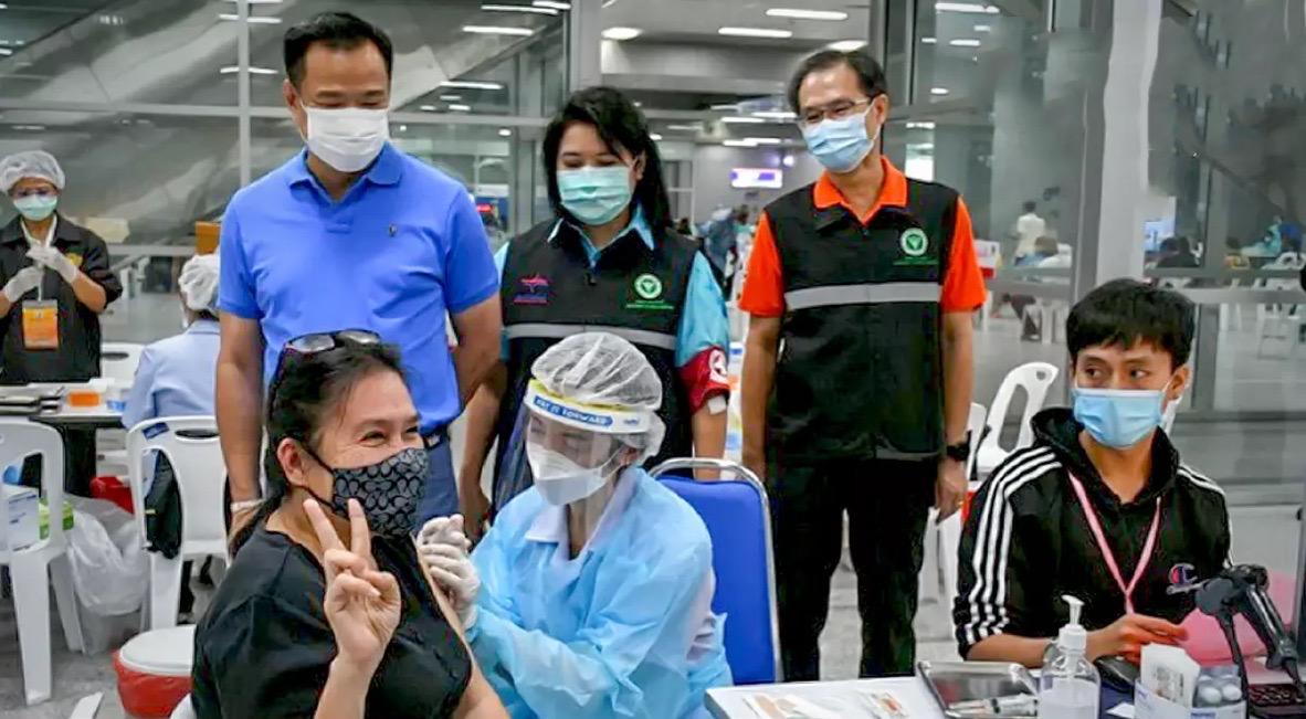 Er zijn nu meer dan 100.000 transportmedewerkers in Bang Sue-station in Bangkok gevaccineerd