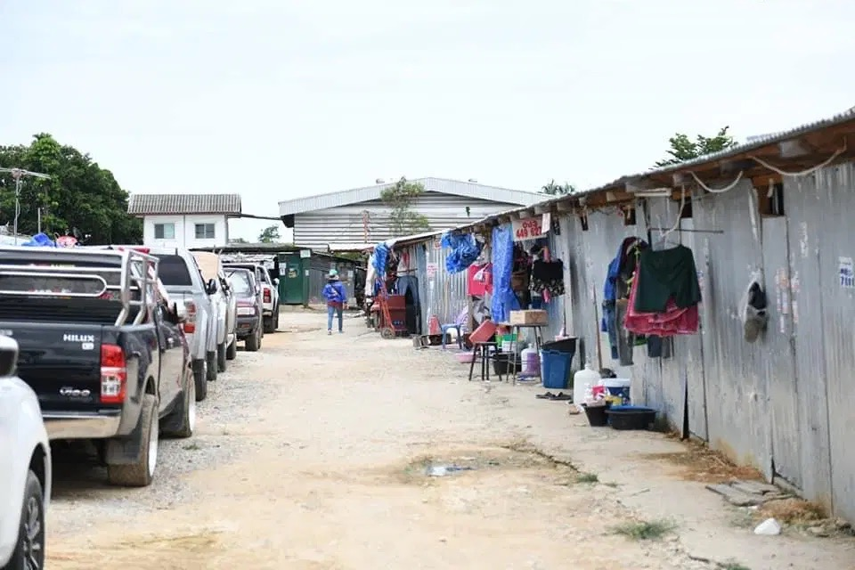 Chonburi grendelt na ontdekking van een Covid19 cluster een gebied af waar migrerende werknemers wonen
