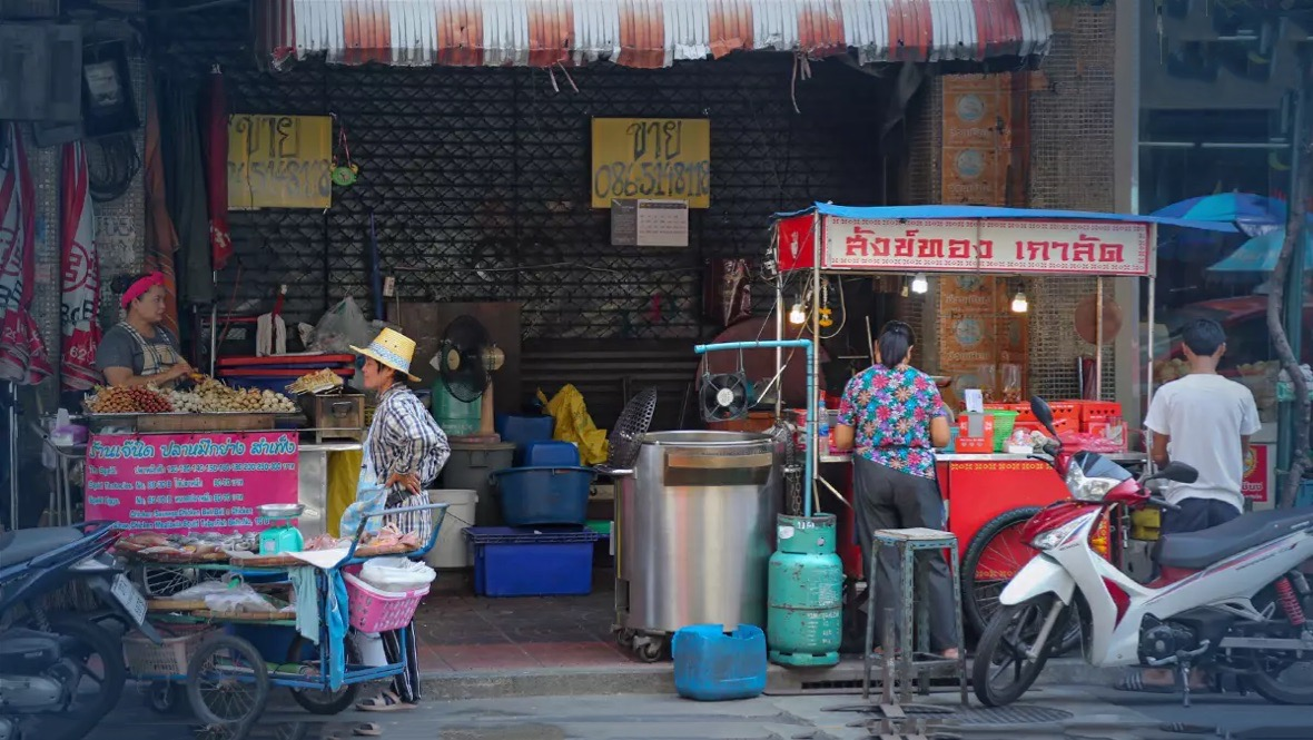 De straatverkopers en motortaxi's in Bangkok krijgen te maken met nieuwe regels