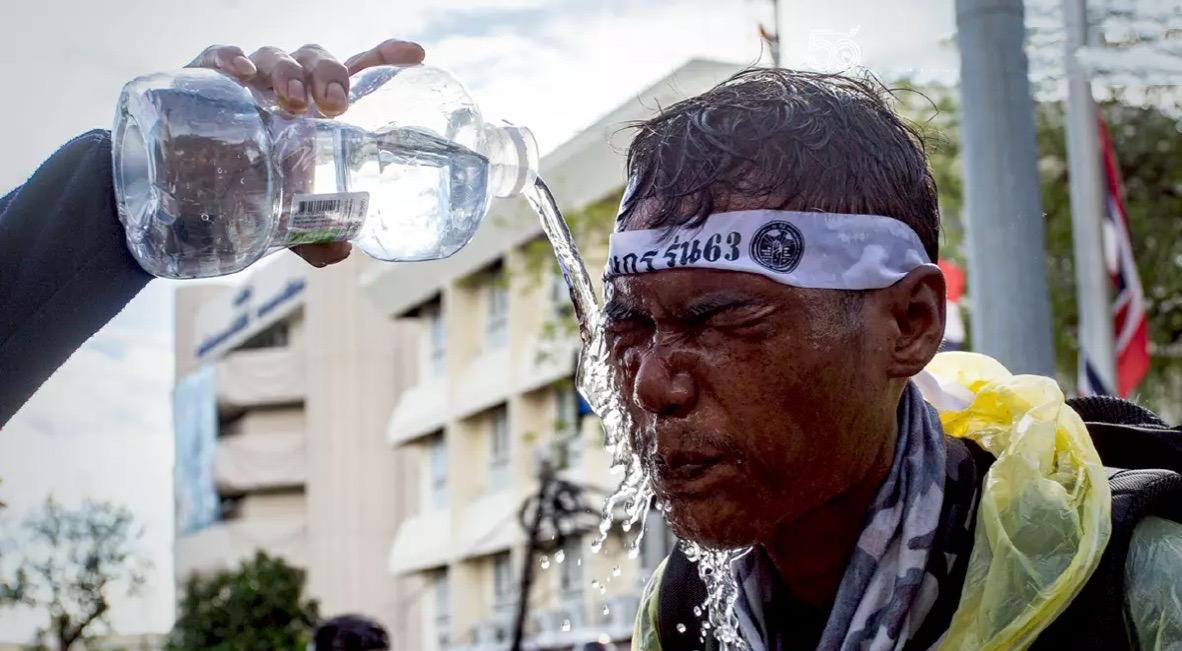 Volgens de politie Bangkok, was de inzet van traangas de 'standaardprocedure' tijdens de pro-democratisch protesten van afgelopen zondag