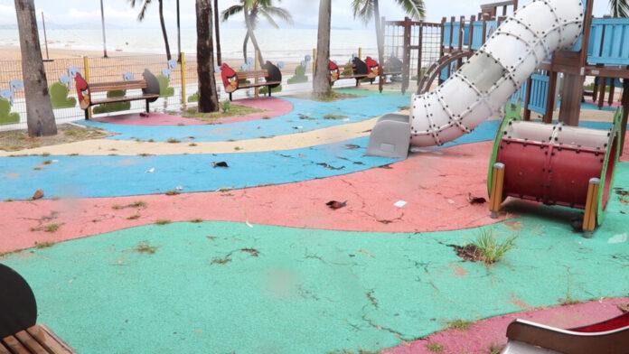 Lokale bewoners dringen er bij Pattaya op aan om te zorgen dat verlaten speeltuin in Jomtien, gesloten vanwege Covid19 beperkingen netjes blijft