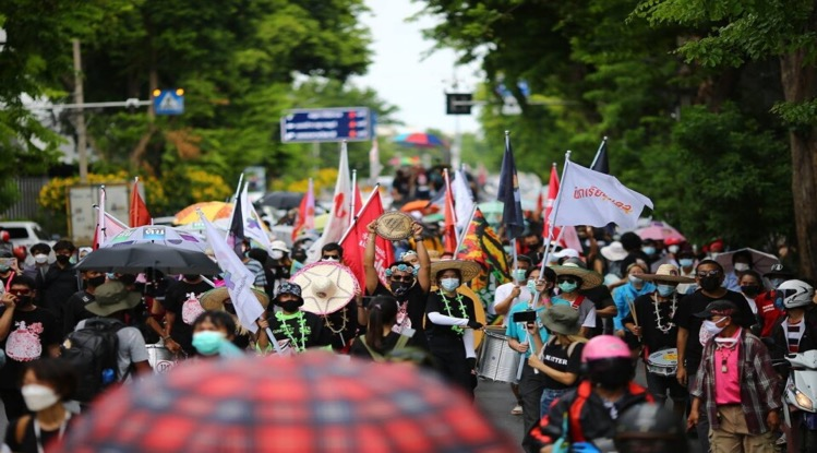 De politie van Bangkok trekt de borgtocht in van vijf vrijgelaten pro-democratische protestleiders die na naar verluidt de borgtochtvoorwaarden van het Strafhof te hebben geschonden