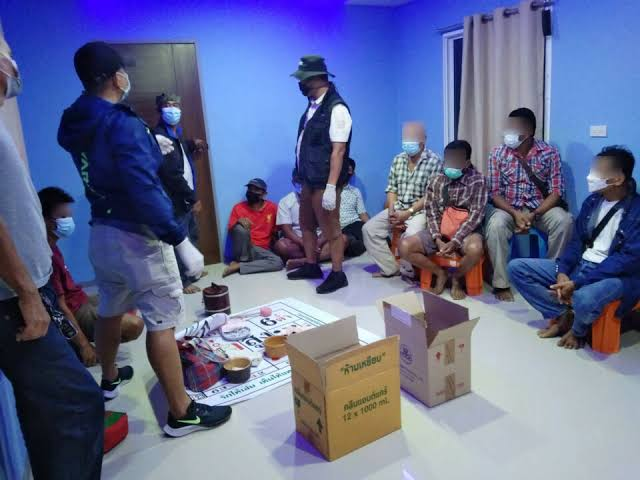 Politie Buriram arresteert 22 goklustigen in een tot een gokhol omgebouwde varkensstal in Buriram