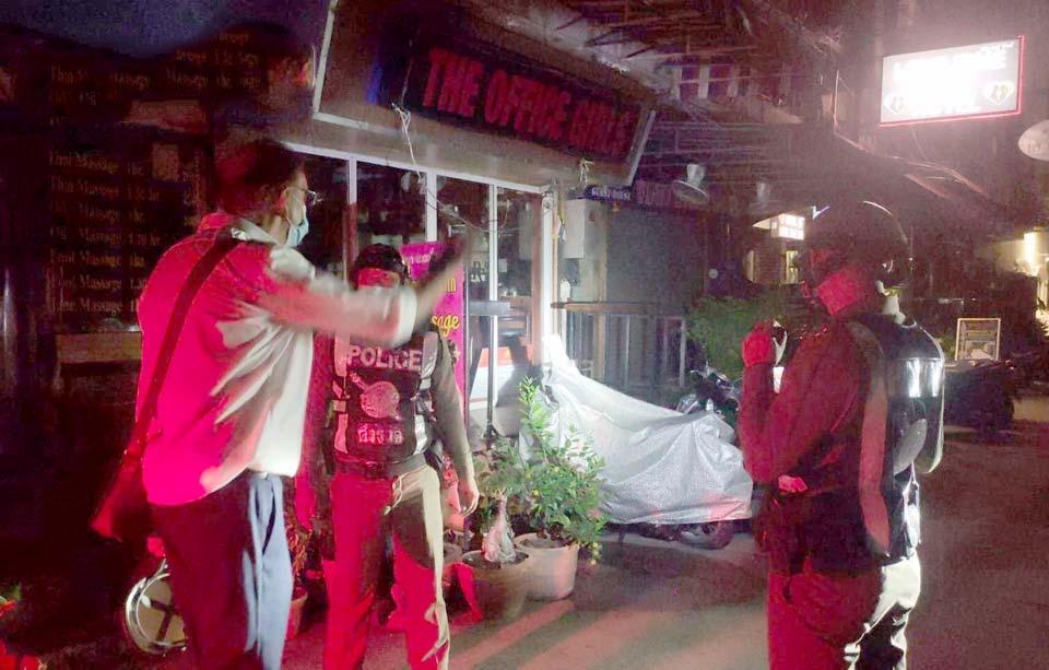 Straatmadelief op de beach road van Pattaya ript een nietsvermoedende Duitse toerist