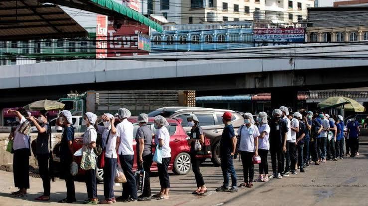Coronabesmettingen en sterfgevallen blijven stijgen in Thailand, artsen behandelen patiënten op parkings: woede bij bevolking neemt toe