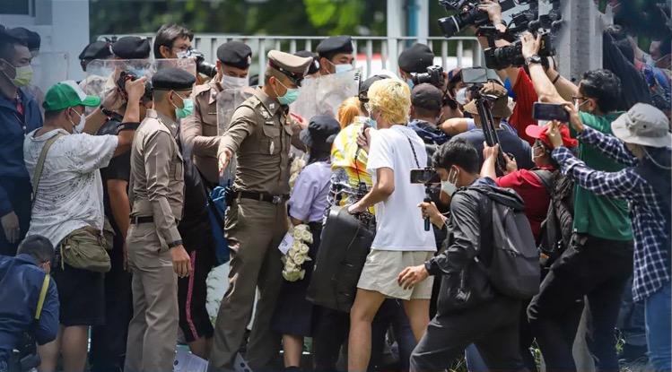 Demonstranten bestormen het ministerie van Volksgezondheid om betere opties voor Covid-19-prikken te eisen