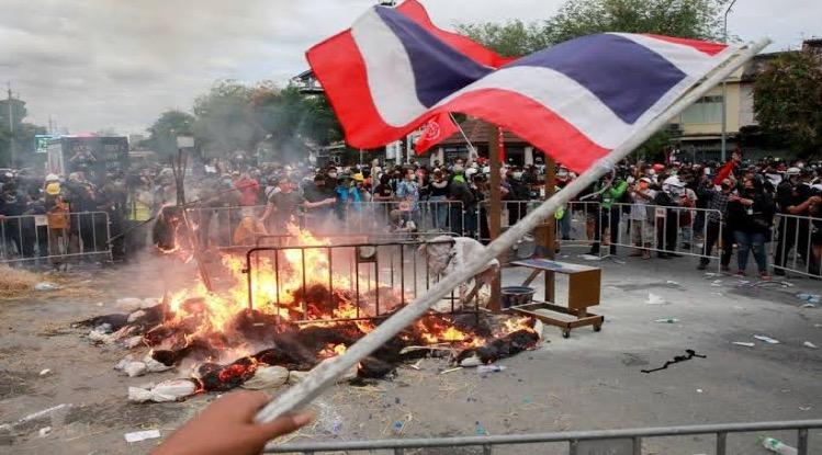 VIDEO | Het ging er gisteren tijdens de demonstraties in Bangkok even heet aan toe!