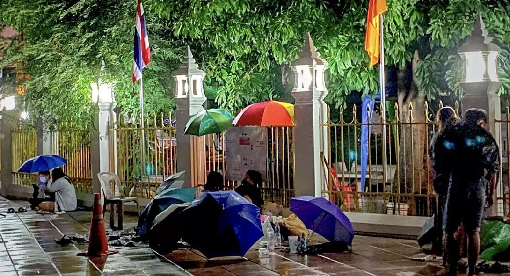 Bangkokianen brengen de nacht door met wachten om getest te worden