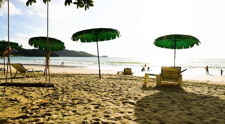 """Drie uit het """"Sandbox Plan"""" van Phuket ontsnapte toeristen snel bij hun nekvel gepakt"""