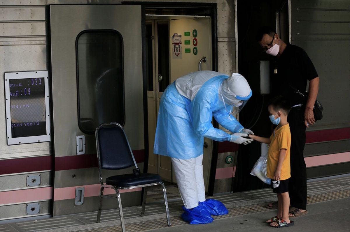 """Thaise ministers zwaaien de """"Covid Express"""" naar het noordoosten van Thailand uit terwijl de infecties in Bangkok blijven stijgen"""