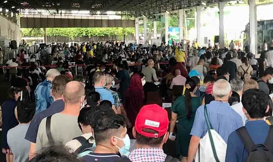 """Ondanks chaos en verwarring in Thailand, zijn er honderden buitenlanders tijdens een """"eenmalige"""" gebeurtenis gevaccineerd"""