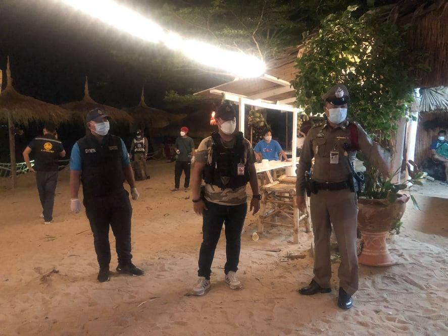Politie valt illegale strandclub in de omgeving van Pattaya binnen en arresteert meer dan 66 mensen die naar verluidt het nooddecreet van Covid19 overtraden
