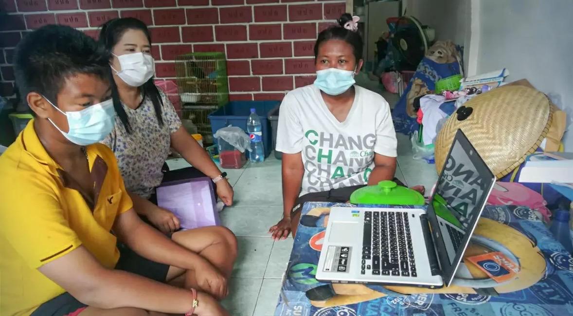 Thaise leraar in Phitsanulok helpt in deze moeilijke tijden een tiener in het voortgezet onderwijs