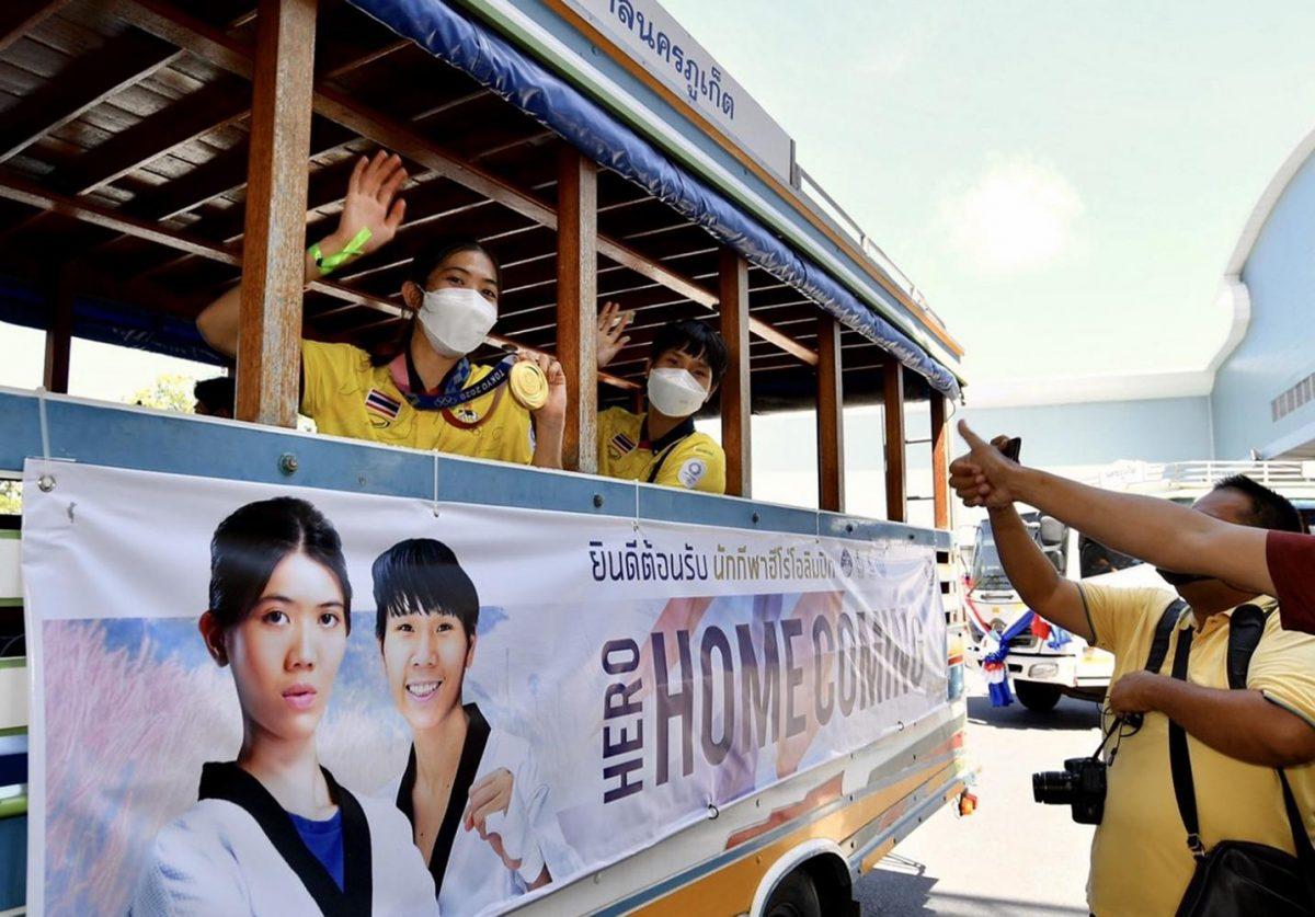 De gouden medaillewinnares Khun Panipak teruggekeerd naar haar huis op Phuket
