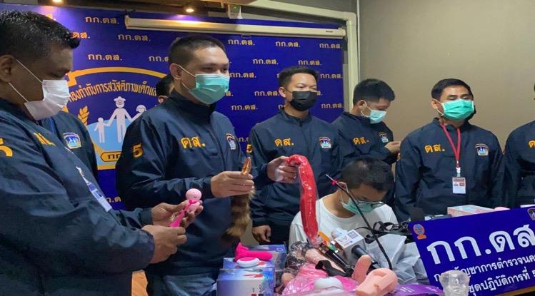 De politie van Bangkok nam 2 vrachtwagenladingen seksspeeltjes ter waarde van 1 miljoen baht in beslag