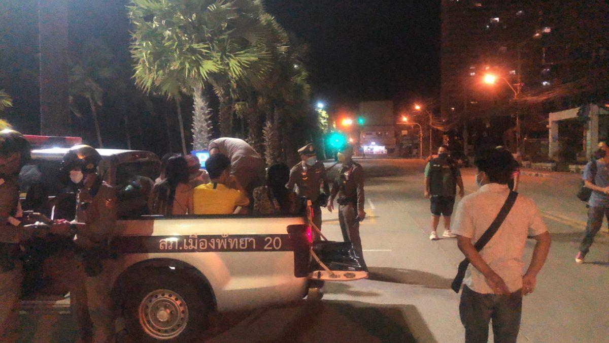 VIDEO | Politie Pattaya arresteert avondklok overtreders op de Beach Road van Jomtien
