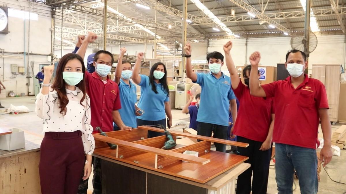 Een meubelwinkel in de Isaan sleutelt 2.000 bedden voor veldhospitalen in elkaar