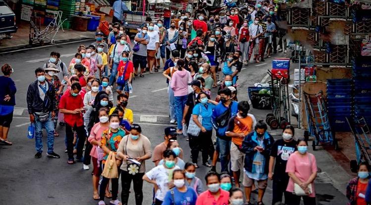 Ellenlange rijden voor de gratis Covid19 testen in Bangkok