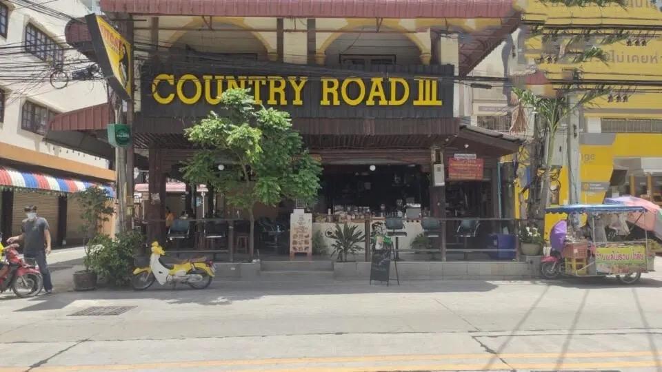 """De bekende """"Country Road bar"""" in jomtien gooit het over een andere boeg en is een crêperie geworden om de Covid19 crisis te overleven"""
