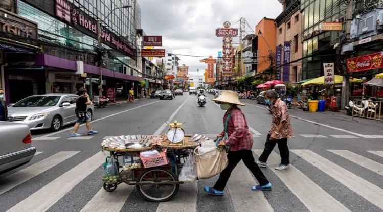De zebrapaden in Bangkok worden rood
