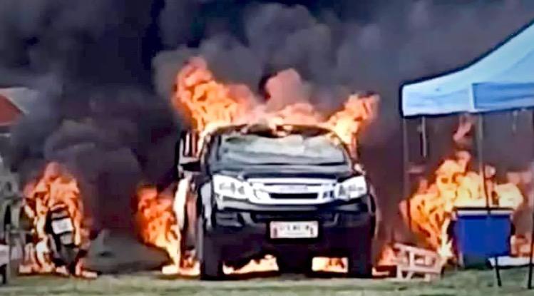 Onvoorzichtige fritesbakker in Roi Et ziet zijn pick-up truck tot de wielen afbranden