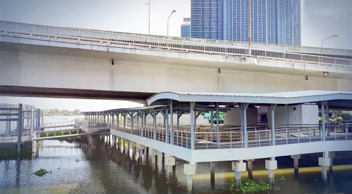 De boot-railverbinding bij de Phra Nangklao Pier is een feit