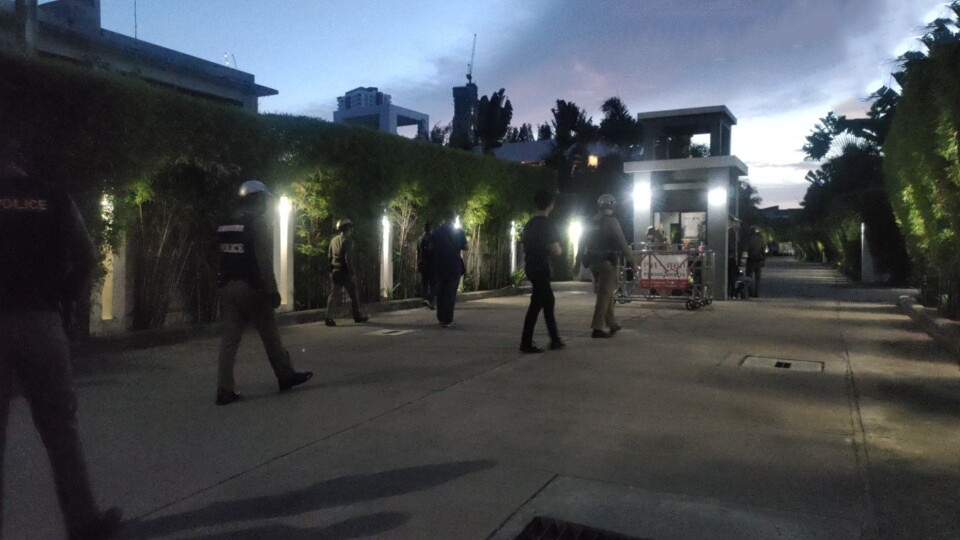 Engelsman in zijn huis in pattaya gearresteerd nadat hij naar verluidt meerdere keren met een pistool in de lucht zou hebben geschoten