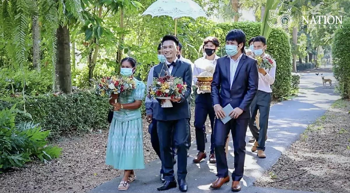 Jong stel uit Khon Kaen stapt na drie mislukte pogingen om een bruiloftsfeest te houden als nog in het huwelijksbootje!