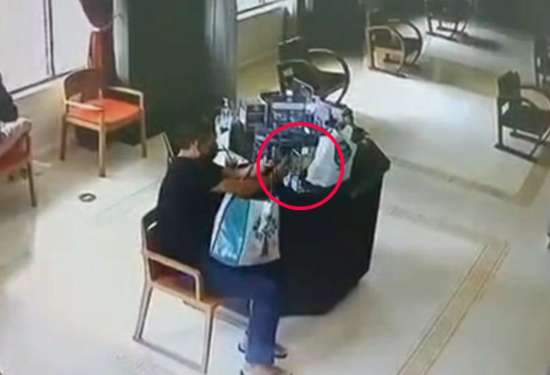 Thaise man steelt de fooienpot uit een door gehandicapten gerund café