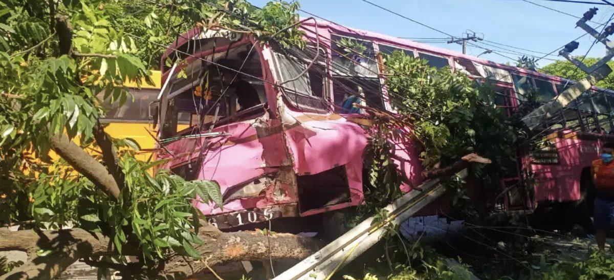 De omgeving van Bangkok kampt met stroomuitval als bus in elektrische palen ramt