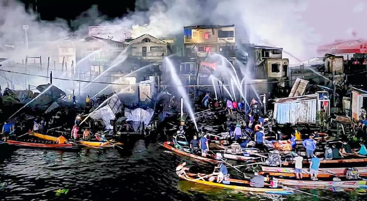 Uitslaande brand beschadigt een 100 jaar oude toeristenmarkt in Samut Sakhon
