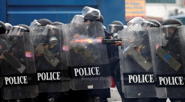 BREAKING NEWS | Gisterenavond gingen de demonstranten in Bangkok straatgevechten aan met de politie