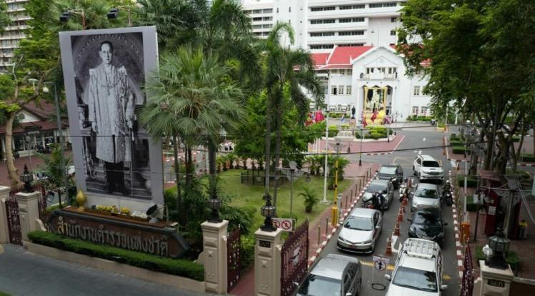 De letters van naamsvermelding van het hoofdkantoor van de Thaise Koninklijke Politie in Bangkok onleesbaar gemaakt