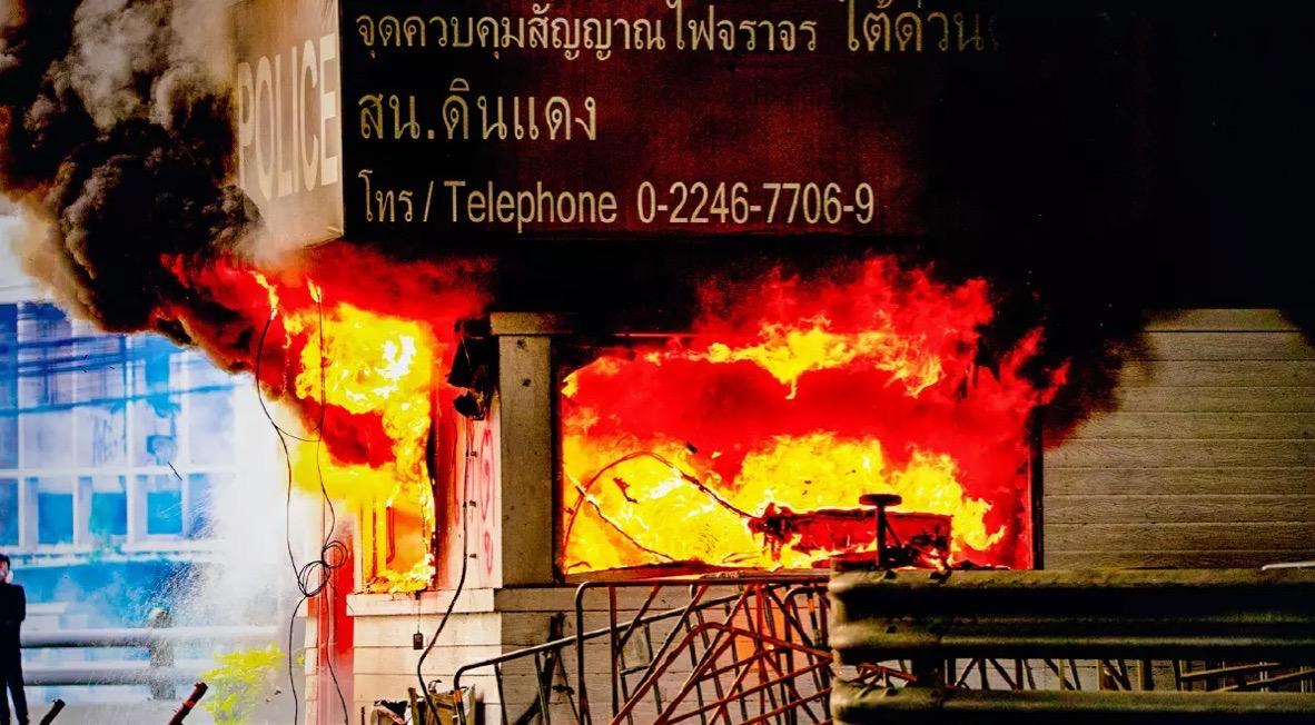 Demonstranten in Bangkok staken politiebureau in brand en vernielden een verkeershokje, politie stelt vervolging in!