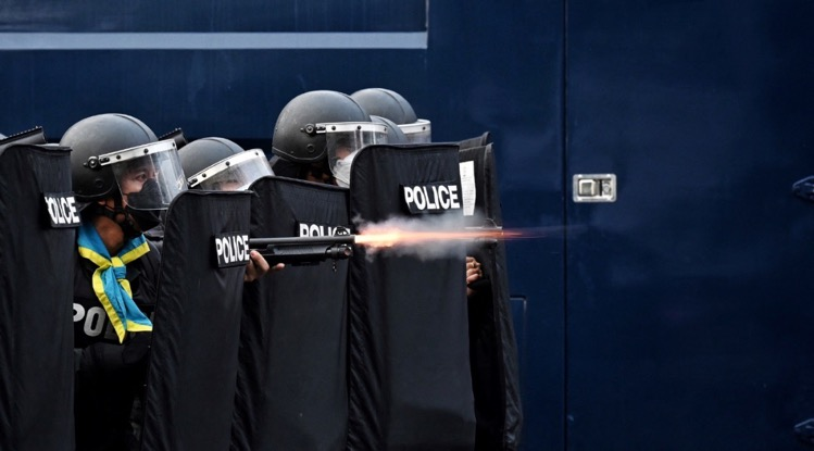 Thaise civiele rechtbank verwerpt het verbod op rubberen kogels, maar beveelt politie om meer voorzichtigheid te betrachten
