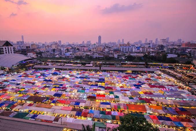 De treinnachtmarkt van Bangkok komt terug, dat staat zo vast als een huis