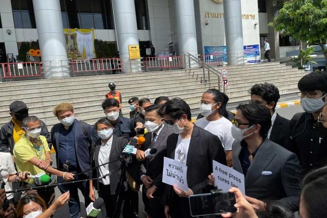 Media- en mensenrechtenadvocaten roepen de rechtbank op om het door Premier Prayut uitgevaardigde bevel ongedaan te maken