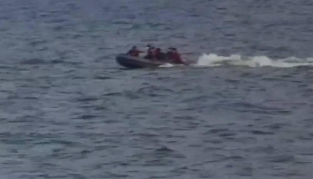 VIDEOCLIP   Vermiste Thaise man overleden gevonden na kapseizen van hun speedboot in Chonburi, een man zwemt vijf kilometer om te overleven
