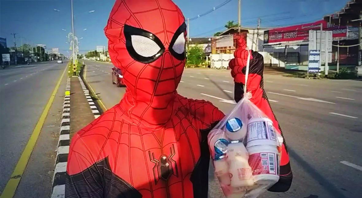 'Spider-Man' duikt op één druk kruispunt in Sukhothai op, om collegegeld binnen te halen