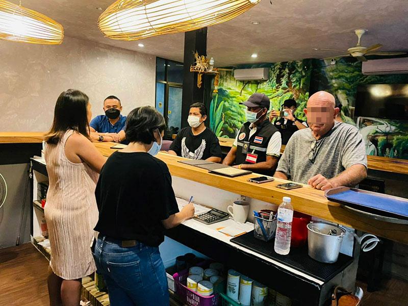 20 mensen in één restaurant op Koh Samui gearresteerd voor het drinken van alcohol, gokken, en een potje pool spelen