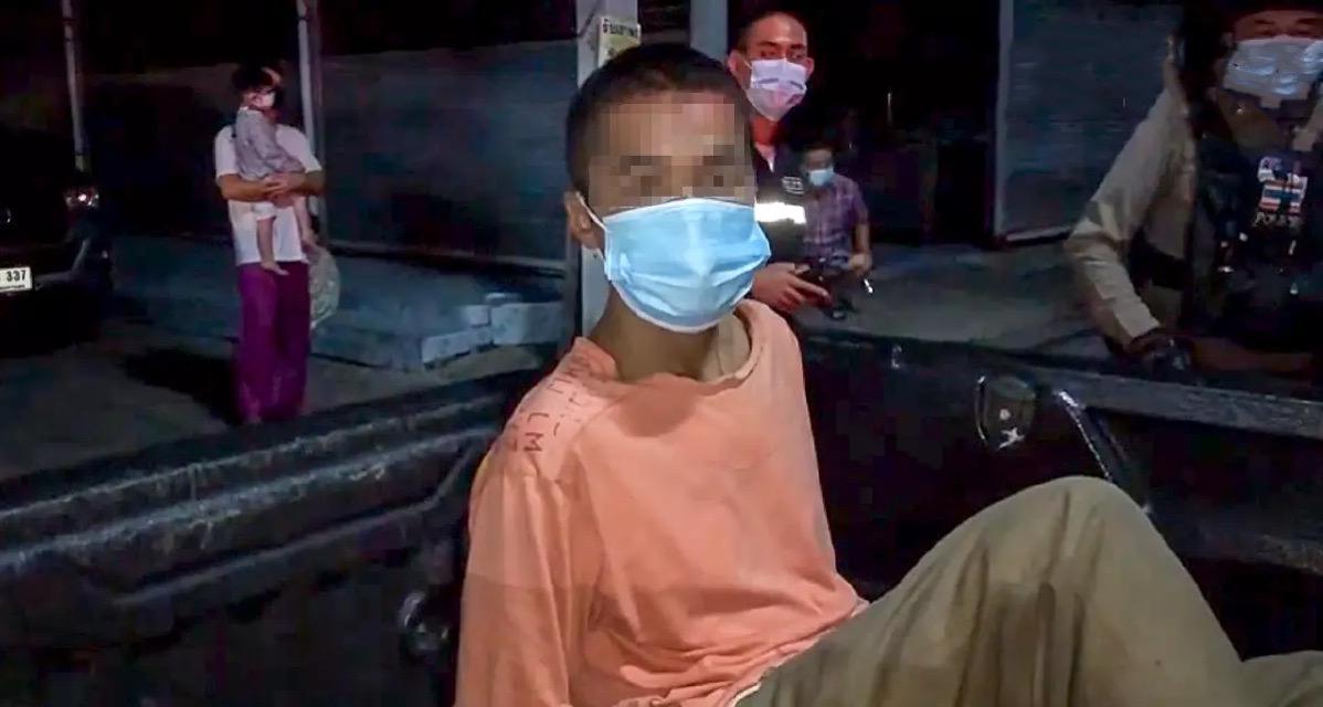 Man steekt in de centraal gelegen provincie Pathum Thani een gebouw in brand en gaat er lachend bij staan kijken