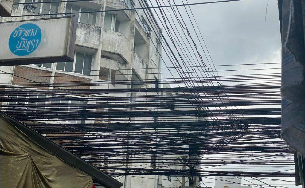 Elektriciteitmaatschappij van Bangkok ontkent eigenaar te zijn van elektriciteitskabels die het Twitter bericht van Russell Crowe breed uitgemeten worden