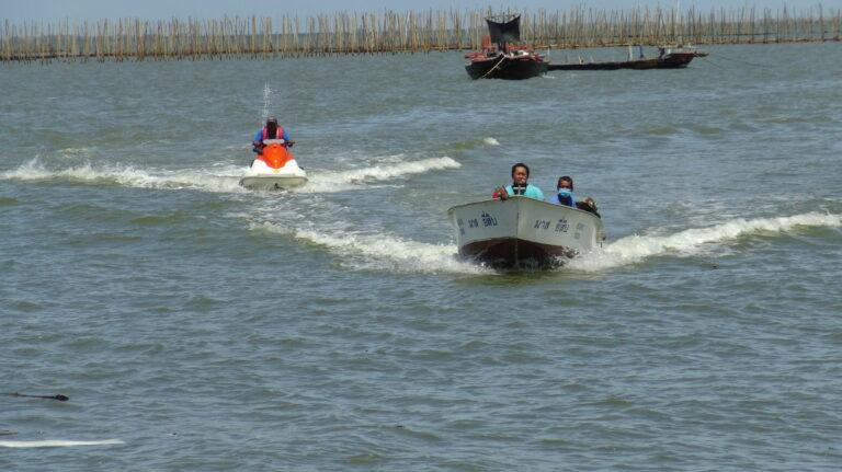 Drie Thais gered na vijf uur in zee gedreven te hebben nadat hun vissersboot in Chonburi omsloeg