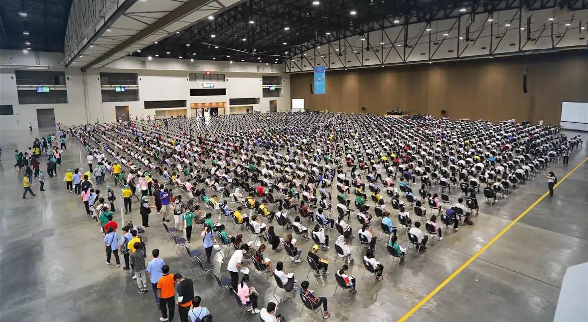Het Nonthaburi studenten vaccinatiecentrum in het IMPACT is klaar om te gaan prikken