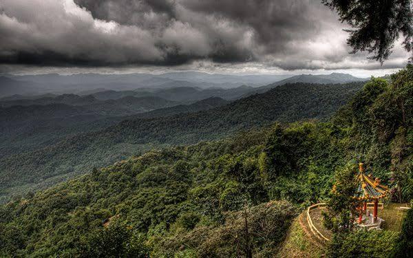 De regen in het hogergelegen Thailand neemt af, sommige gebieden krijgen te maken met geïsoleerde onweersbuien